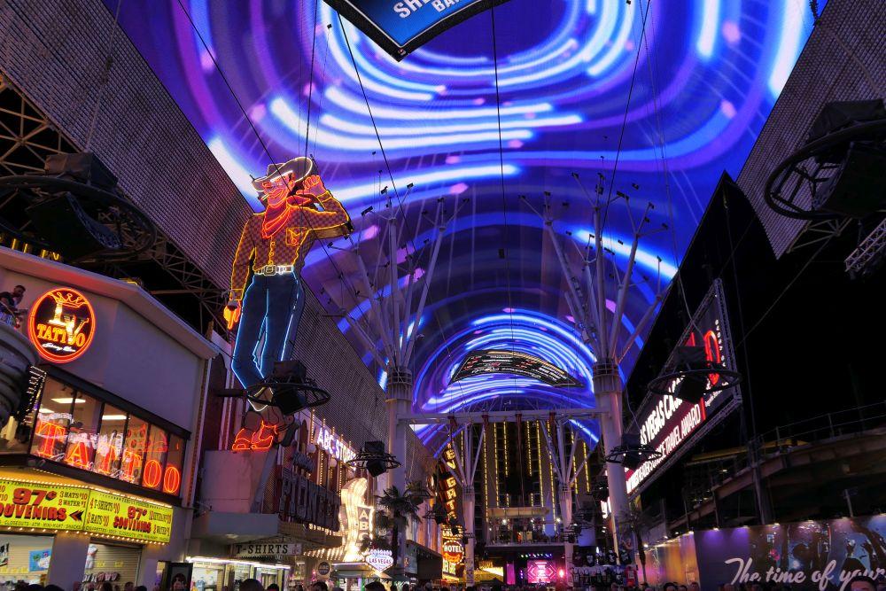 Ook in Downtown Vegas kom je Las Vegas vloggers tegen.